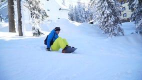 Езда 2 snowboarders в древесинах сток-видео