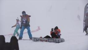Езда Snowboarders на наклоне на скорость отделка лыжа курорта возможность состязание видеоматериал