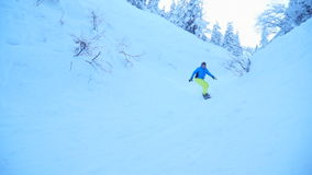 Езда Snowboarders на снежном лесе акции видеоматериалы