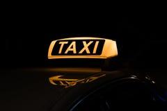 Ездите на такси загоренный знак, знак такси на ноче Стоковое Изображение