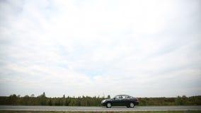 Езды автомобиля на дороге сток-видео