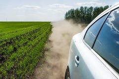 Езды автомобиля на проселочной дороге Стоковые Изображения RF