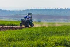 Езды всадника ATV на дороге Стоковые Фото