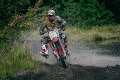 Езды гонщика Motocross через лужицу Стоковое Изображение RF