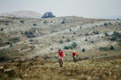 2 езды горного велосипеда всадника всадников на горной тропе Стоковые Изображения RF