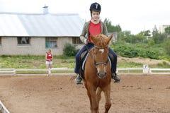 Езды девушки на лошади в поле Стоковое фото RF