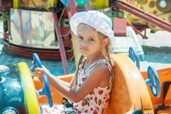 Езды девушки на carousel Стоковое Изображение RF