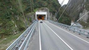 Езды машины скорой помощи над мостом в Сочи сток-видео