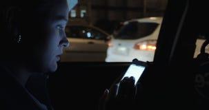 Езды молодой женщины в заднем сиденье автомобиля видеоматериал