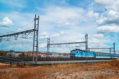 Езды поезда на рельсах Стоковое Изображение RF
