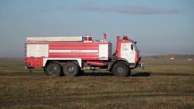 Езды пожарной машины на поле видеоматериал