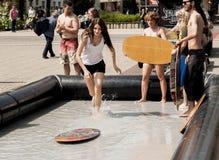 Езды прибоя ученицы колледжа в центре города Стоковое Фото
