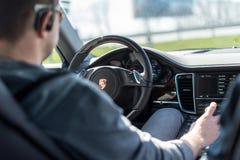 Езды человека в автомобиле Стоковая Фотография RF