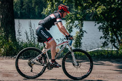 Езды Mountainbiker вдоль озера Стоковое фото RF