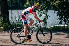 Езды Mountainbiker вдоль озера Стоковые Изображения RF