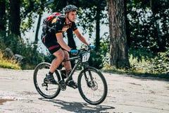 Езды Mountainbiker вдоль озера Стоковое Фото