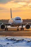 Ездя на такси авиакомпании аэробуса A320 Ural на платформе авиапорта Москвы Domodedovo на заходе солнца Стоковая Фотография