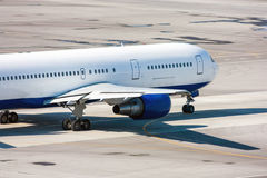 Ездя на такси самолет на рисберме авиапорта Стоковое Изображение RF