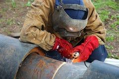 действие пускает заварку по трубам welder Стоковое Фото
