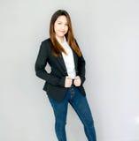 действие улыбки азиатской девушки славное с черной сюитой Стоковые Изображения RF