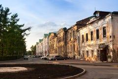 Екатеринбург, Россия - 02,2016 -го июнь: Взгляд улицы Gorky около пруда города в вечере лета Стоковые Фотографии RF