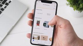 Екатеринбург, Россия - 3-ье октября 2018: Человек используя Ebay app на smartphone iPhone x, веществе техника просматривать видеоматериал