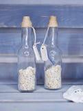 2 декоративных бутылки с малыми камнями Стоковое Изображение RF