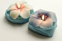 2 декоративных горящих свечи в форме цветков Стоковые Фотографии RF