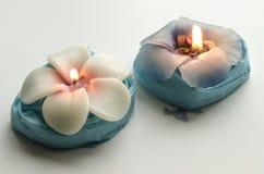 2 декоративных горящих свечи в форме цветков Стоковые Фото