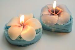 2 декоративных горящих свечи в форме цветков Стоковая Фотография