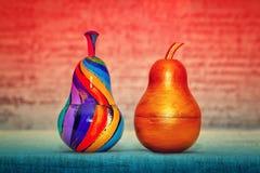 2 декоративных груши, сделанной из древесины и покрашенных вручную красок Стоковые Фотографии RF