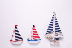 3 декоративных деревянных шлюпки игрушек на текстурированном белом backgroun Стоковое Фото