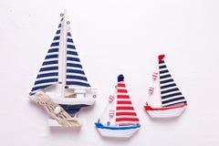 3 декоративных деревянных шлюпки игрушек на текстурированном белом backgrou Стоковые Изображения RF