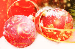 2 декоративных красных шарика рождества на снежном Стоковое Изображение