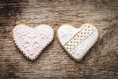 2 декоративных печенья сердца на деревянной предпосылке Стоковые Фото