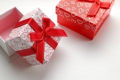 2 декоративных подарочной коробки при напечатанные сердца изолировали верхнее левое Стоковые Фото