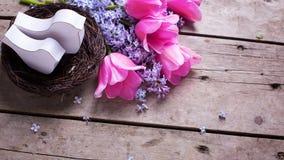 2 декоративных птицы в цветках andtulips гнезда и сирени на VI Стоковая Фотография RF