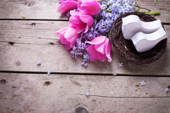 2 декоративных птицы в цветках andtulips гнезда и сирени на VI Стоковое Фото