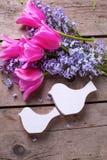 2 декоративных птицы и цветка andtulips сирени на годе сбора винограда w Стоковые Фотографии RF