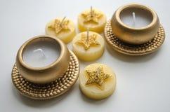 2 декоративных свечи в цвете золота и 4 свечи с картиной звезды Стоковые Изображения
