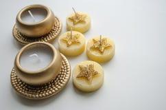 2 декоративных свечи в цвете золота и 4 свечи с картиной звезды Стоковые Фотографии RF