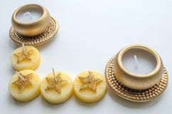 2 декоративных свечи в цвете золота и 4 свечи с картиной звезды Стоковое Изображение