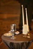 2 декоративных свечи освещены на свадебной церемонии Стоковая Фотография RF