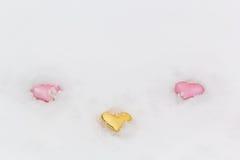 3 декоративных сердца в белом снеге Стоковая Фотография