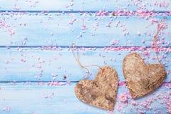 2 декоративных сердца и лепестка розовой Сакуры цветут на bl Стоковое фото RF