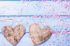 2 декоративных сердца и лепестка розовой Сакуры цветут Стоковые Фотографии RF