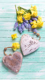 2 декоративных сердца и свежей желтой и голубой весна цветут Стоковое Изображение RF