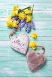 2 декоративных сердца и свежей желтой и голубой весна цветут Стоковые Изображения RF