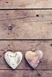 2 декоративных сердца на винтажной деревянной предпосылке Стоковые Изображения RF