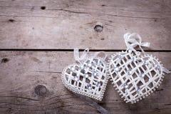2 декоративных сердца на винтажной деревянной предпосылке Стоковые Фото